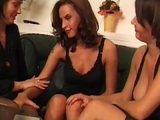 Trois lesbiennes tr�s chaudes dans un baise en trio