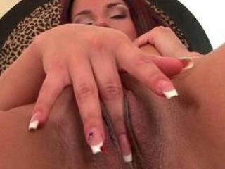 Une pétasse se branle le clitoris et se gode