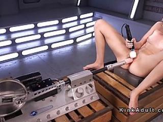 Séance de masturbation d'une blonde en adepte de sextoys