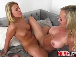 Une lesbienne mature baise avec une jeune blonde