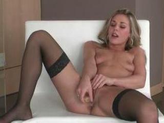 Michele Monroe ramone sa moule avec son gode