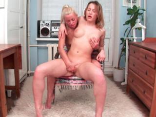 Deux blondes se font un petit plaisir