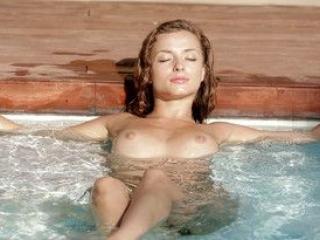 Alyssa fait un show hot dans sa piscine