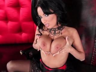 Anissa Kate et ses gros seins en vidéo sexy