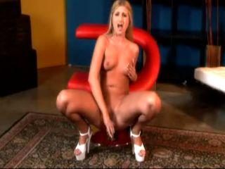 Blondasse se gode sur sa nouvelle chaise