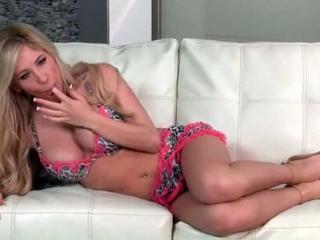 Blonde aux gros seins fait un striptease et se masturbe