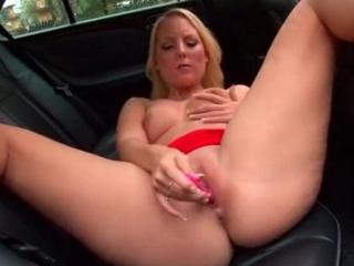 Blonde coquine se gode à l'arrière de sa voiture