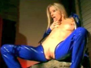 Blonde sexy et chaude en tenue de cuir bleue