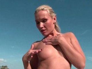 Bombe blonde fait un striptease pour ses voisins