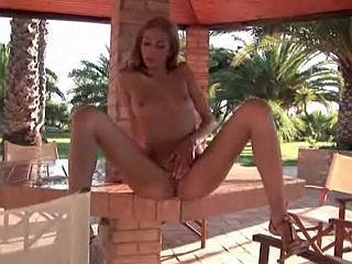 Brigitte Hunter se doigte dans son jardin