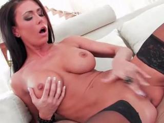 Brune aux gros seins sexy