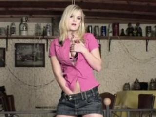 Cette bonne blonde se déshabille sensuellement
