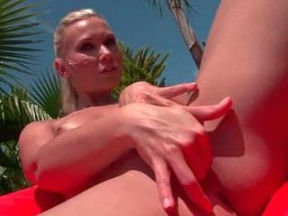 Charmante blonde se doigte dans son jardin