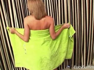 Chaudasse sexy nous chauffe après une baignade