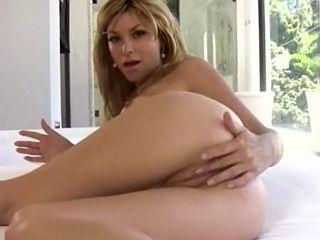 Coquine aux gros seins Heather Vandeven pour un strip tease
