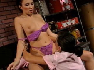 Deux femmes de ménage se godent en cachette