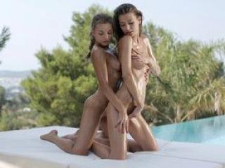 Deux jeunes salopes font leur show