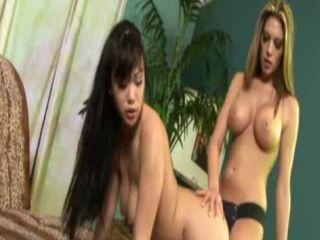 Deux lesbiennes et un gode ceinture