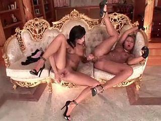 Deux lesbiennes se godent le cul !