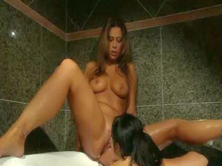 Deux superbes lesbiennes au bain