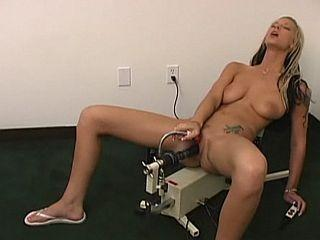 Femme blonde baisée par des fucking machines