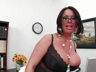 Femme mature à lunettes aux énormes seins siliconés