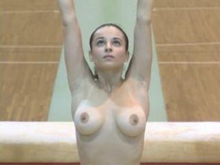 Gymnaste s'entraine les seins à l'air
