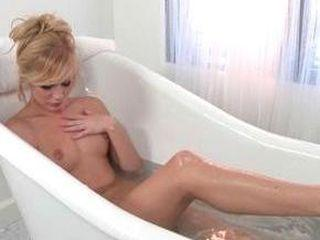 Hayden Hawkens est vraiment sexy même dans son bain
