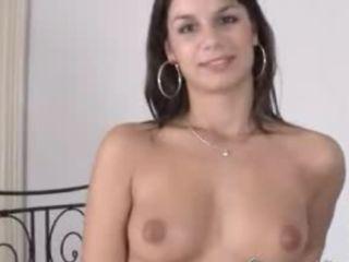 Jeune brunette pour un striptease hot