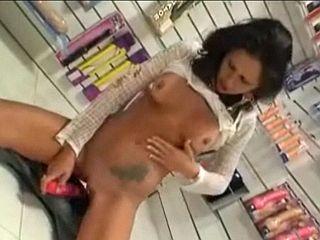 Jeune femme amatrice essaye un gode dans un sexshop