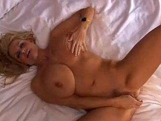 Kelly Madison : blonde mature aux gros seins se gode