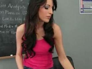Kortney Kane fait un striptease en plein cours