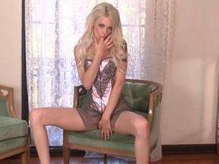 La jeune Bree Daniels en solo coquin dans sa chambre