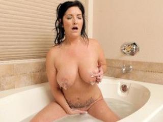 MILF chaude dans son bain