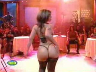 Strip tease d'une amatrice lors d'une emission de tv