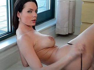 Striptease d'une salope aux gros seins