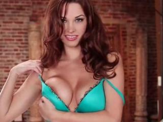 Striptease intégral de la sexy Sabrina Maree
