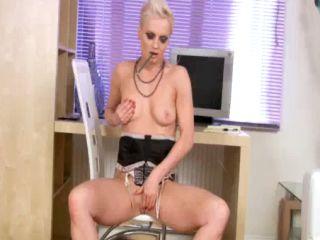 Une secrétaire se masturbe au bureau