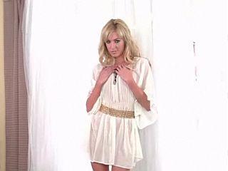 Victoria White pour un striptease sexy