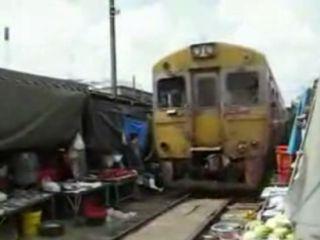 Un train passe au milieu du marché